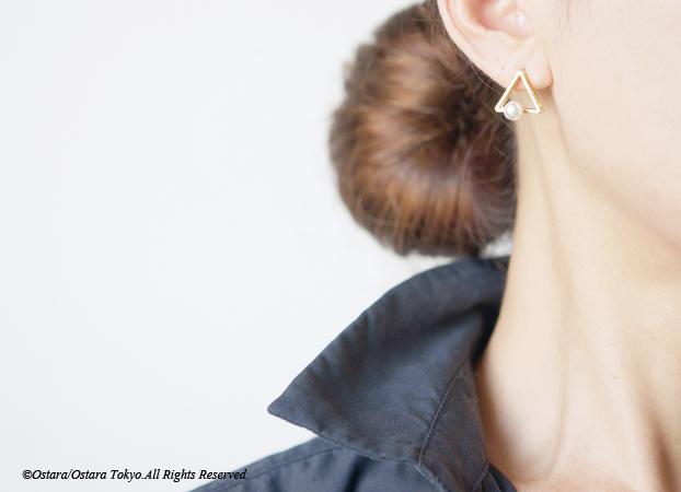 画像1: Glossy Gold Triangle Pearl Stud Earrings